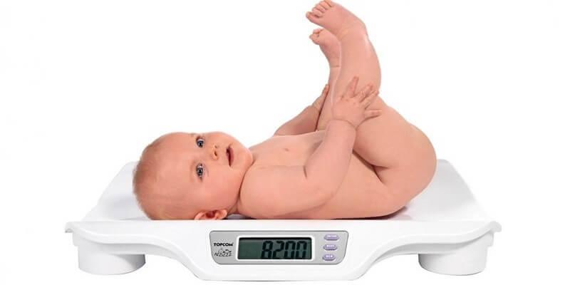 Сколько нужно молока новорожденному на одно кормление (таблица)
